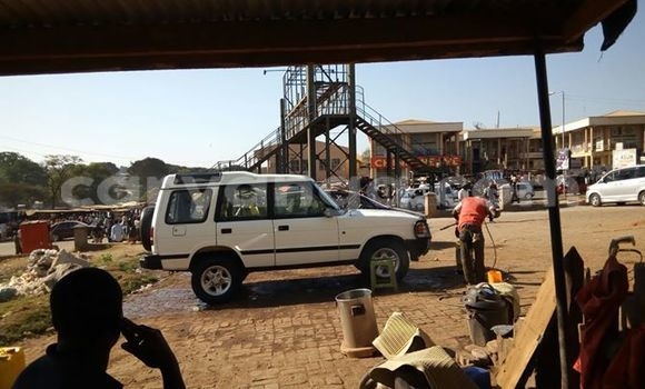 Buy Used Land Rover Discovery White Car in Limbe in Malawi